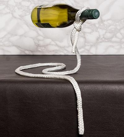Deze lasso wijfleshouder creëert de illusie dat je fles wijn zweeft, omhoog gehouden door een enkel stukje touw.