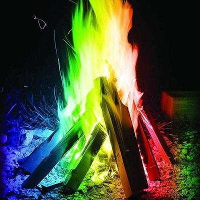 Een kampvuur met mystical fire poeder wat zorgt voor gekleurde vlammen.