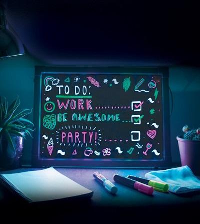 Neon tekstbord met neonstiften, verlichting en afstandsbediening.