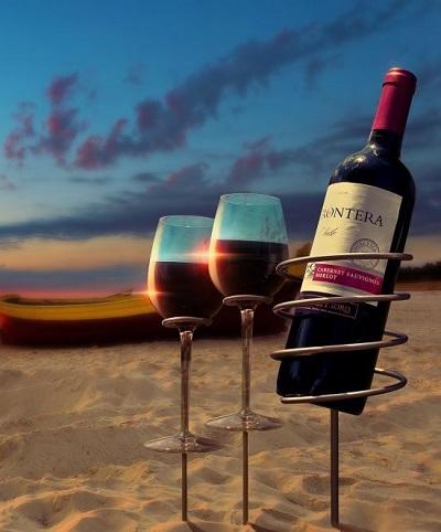 Wijnfles een wijnglas houders voor op het strand.