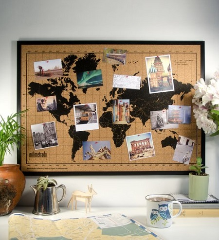 Wereldkaart prikbord van kurk aan de wand boven een bureau.