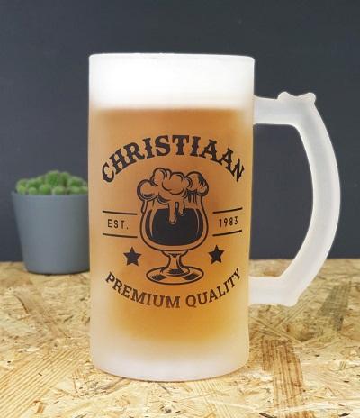 Gepersonaliseerde bierpul met naam en geboortedatum.
