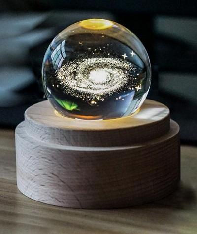 Sterrenstelsel in een glazen bol met LED verlichting.