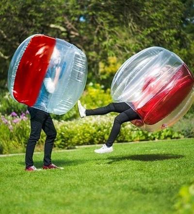 Bubbelbal - Voetballen in een grote opblaasbare bubbel.