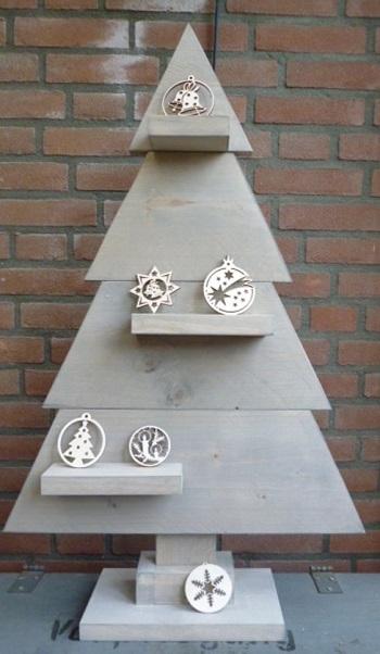 Houten kerstboom van steigerhout met plankjes voor kerstversieringen.