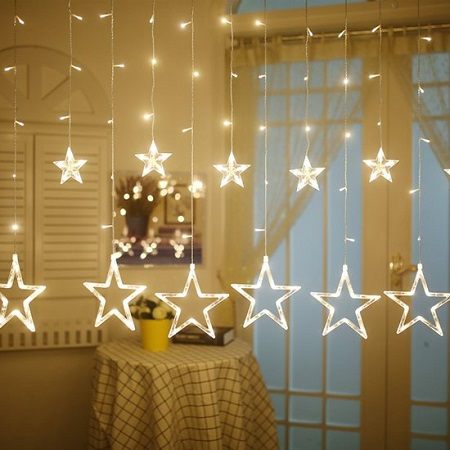 LED sterrengordijn kerstverlichting in een woonkamer.