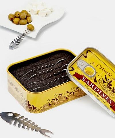Snackvorkjes in de vorm van visgraatjes, geleverd in een sardineblikje.
