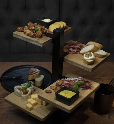 Serveertoren met 4 bamboe planken en bakjes voor sausjes.