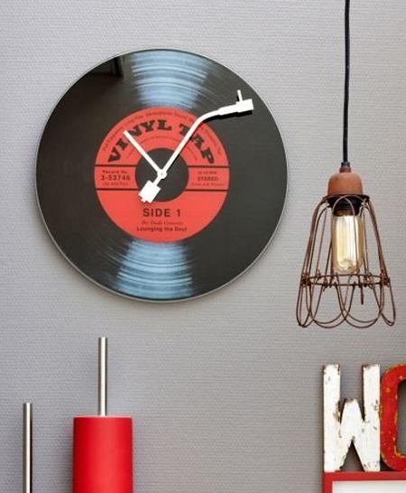 Retro klok in de vorm van een LP. De grote wijzer heeft de vorm van een pickup naald.