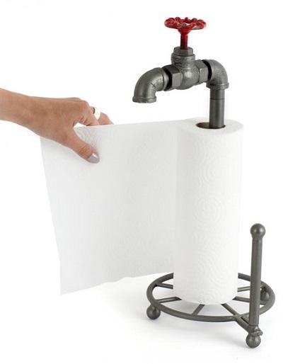 Keukenrolhouder gemaakt van waterleiding met rood kraantje aan de bovenkant.