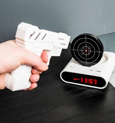 Gun alarmklok - Wekker met schietschijf en bijbehorend infrarood pistool.