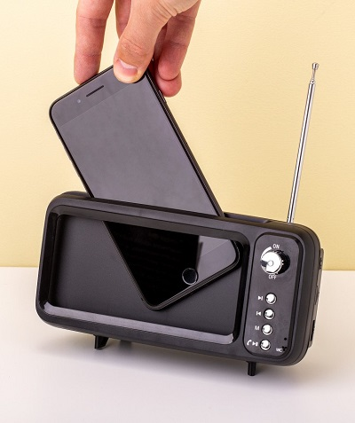 Bluetooth speaker en smartphone houder in de vorm van een mini retro tv toestelletje.