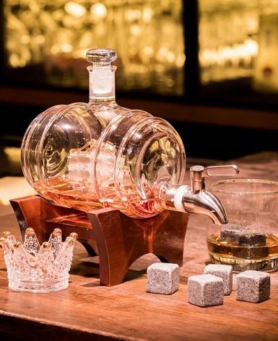 Wijnvat whiskey karaf met glazen en whiskey stenen.