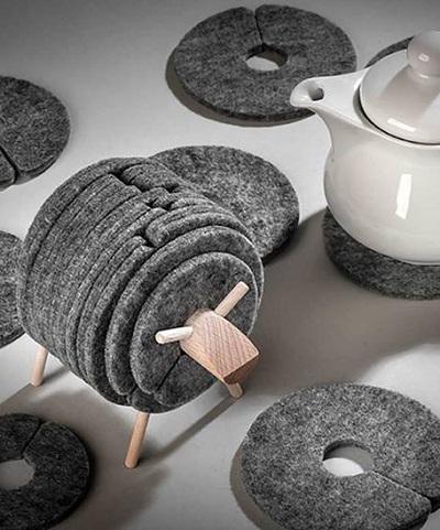 Schaap onderzetters - Vilten onderzetters op een houten frame zodat ze er uitzien als een wollig schaapje.