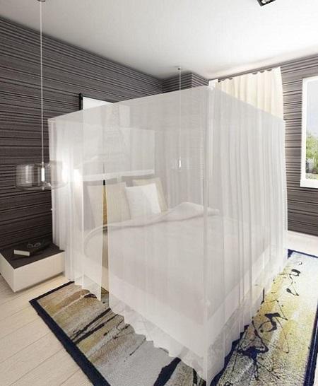 Vierkante klamboe om een tweepersoonsbed in een slaapkamer.
