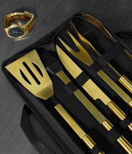 Gouden BBQ gereedschap set in een luxe opberg etui.
