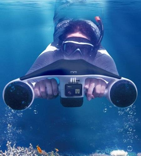 Lichtgewicht onderwater duikscooter met twee propellers en houder voor action cam.