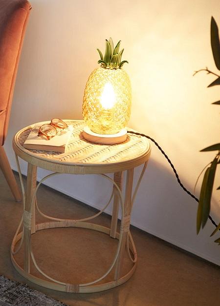 Tafellamp in de vorm van een ananas op een bijzettafeltje.