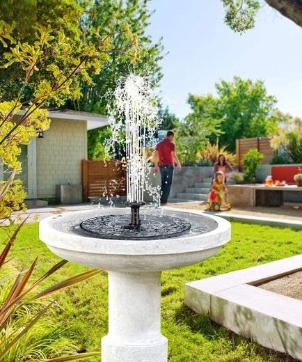Fontein op zonne energie in een tuin.