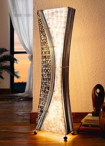 Balinese staande vloerlamp, bewerkt met takken, schelpen en bamboe.