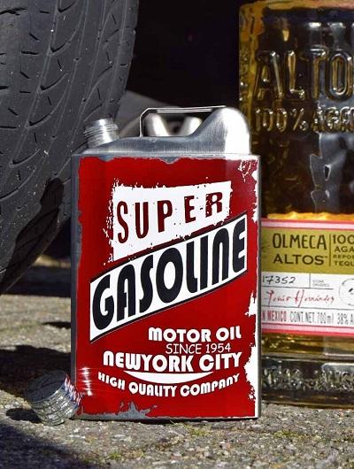Jerrycan heupfles met de tekst 'super gasoline motor oil'.