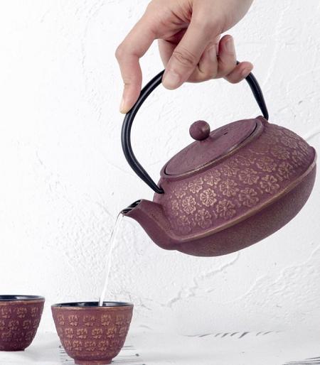 Shanghai theeset bestaande uit een met gouden bloemen versierde theepot en twee kopjes.