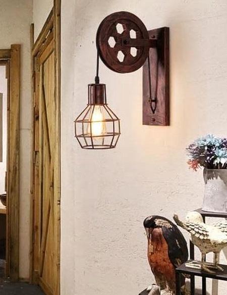 Industriële katrol lamp aan de wand in een kamer.