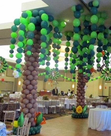 Ballonnen palmbomen op een feest.