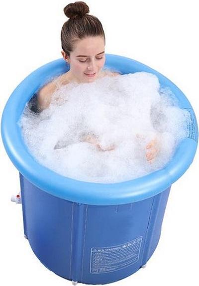 Vrouw in een opblaasbaar zitbad