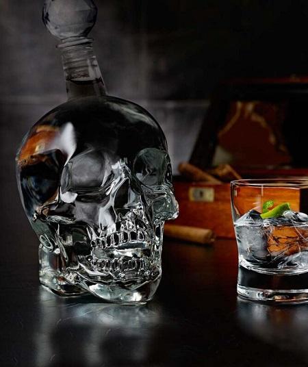 Glazen decanteerfles in de vorm van een menselijke schedel.