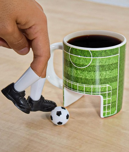 Voetbal mok waarvan de onderkant een doel is, met bijbehorend balletje en voetbalschoentjes.